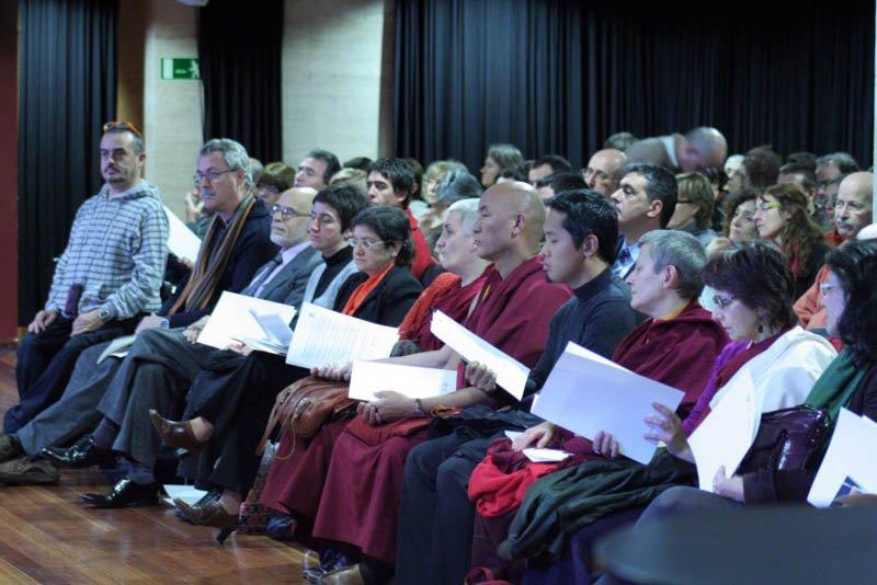 Detall dels assistents. D'esquerra a dreta Xavier Duocastella, Francesc Torradeflot, Montserrat Coll, Ven. Wangchen i Lama Tsondru entre d'altres